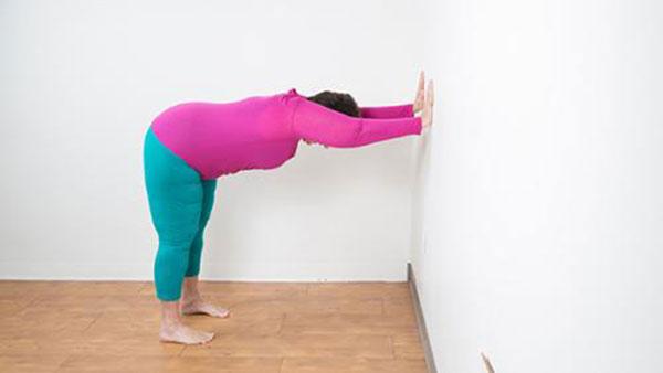 Động tác chống tay vào tường