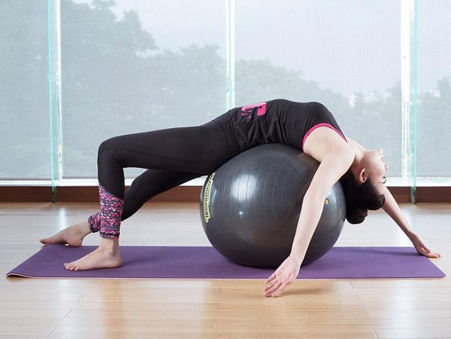 Tập với bóng yoga chữa thoái hóa cột sống